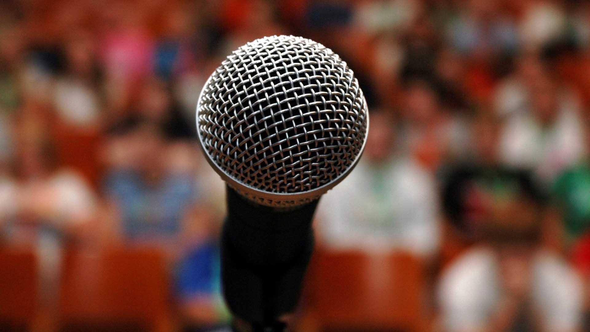 taller-de-oratoria-microfono-2
